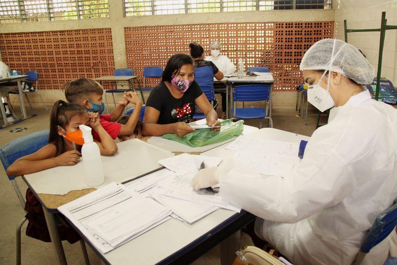 Moradora do bairro do Coqueiro, acompanhada de casal de filhos, aproveitou para se consultar com a equipe de saúde da Caravana