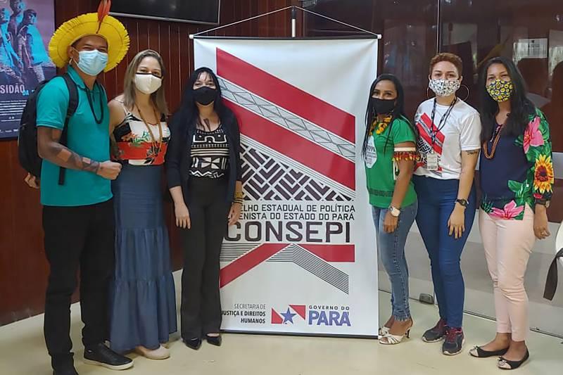 Haydeé Marinho, da Semas, com Puyr Tembé e outros participantes do Conselho Estadual de Política Indigenista