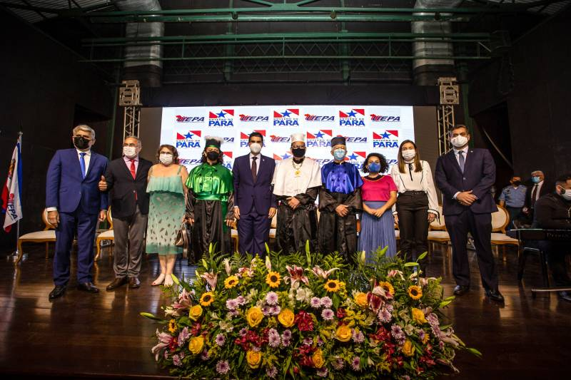 O governador Helder Barbalho, ladeado pelos novos gestores da Uepa e de outras autoridades na solenidade de posse