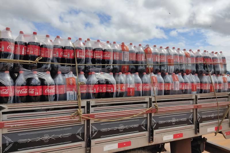 Mais de 1.600 garrafas de refrigerantes estavam sendo transportadas sem nota fiscal