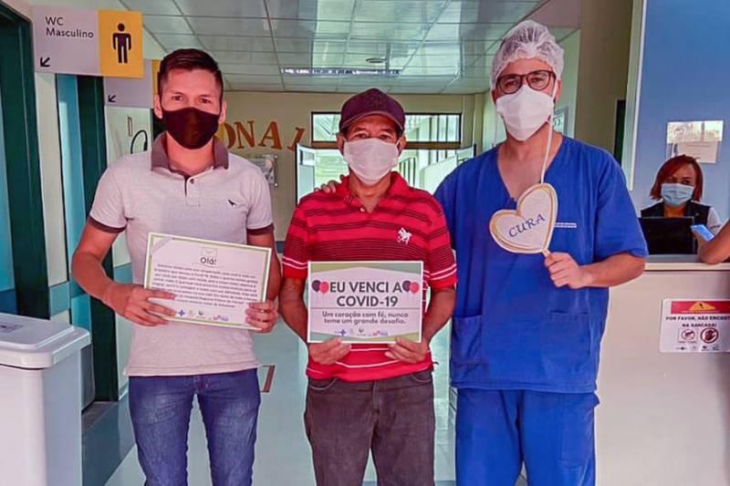 Gabriel Barbosa e o pai Sebastião Pena Farias no momento da alta médica