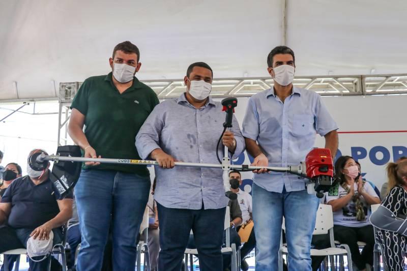 O governador Helder Barbalho também entregou 20 roçadeiras para produtores rurais da região