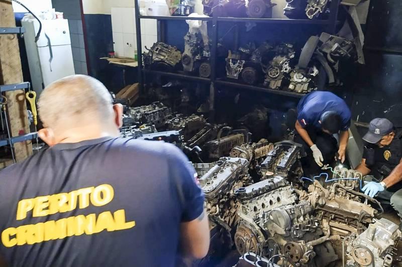 Agentes de segurança nas investigações sobre o comércio ilegal de peças de automóveis