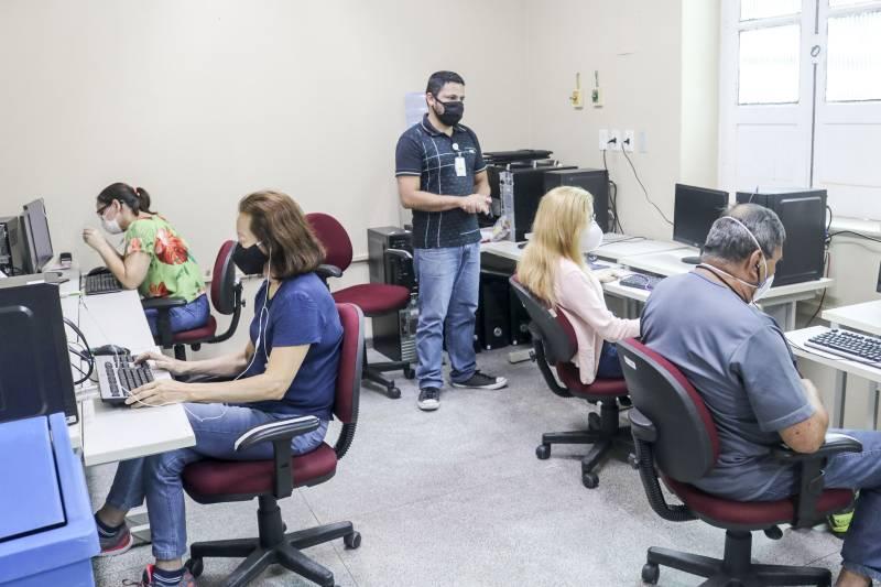 Colaboradores da Fundação Santa Casa do Pará, com deficiência visual, em aula do curso Introdução aos Sistemas Informatizados