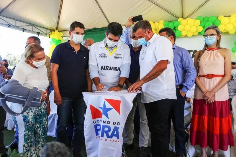 Governador Helder Barbalho na assinatura de convênios com a Prefeitura de Senador José Porfírio