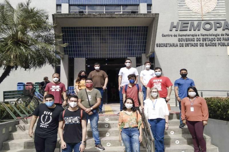 Calouros de Medicina da Uepa em frente à sede da Fundação Hemopa