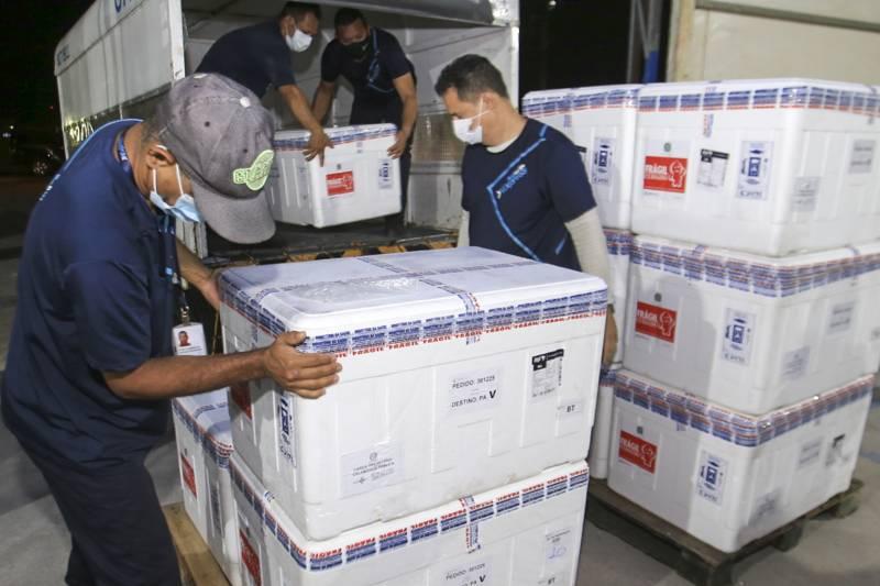 Equipe no trabalho de recepção das 127.400 mil doses da Coronavac, neste domingo (1º). Sespa iniciou o planejamento de distribuição.