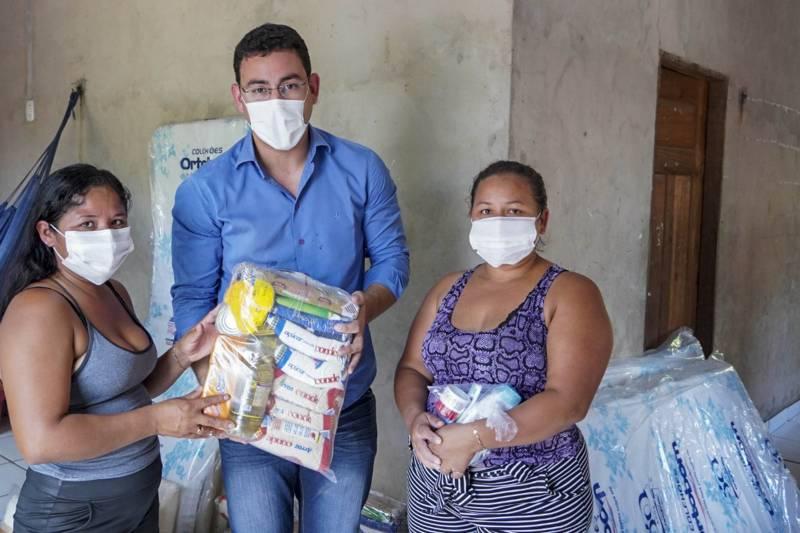 O ouvidor-geral Arthur Houat foi a Portel entregar alimentos e demais doações à família