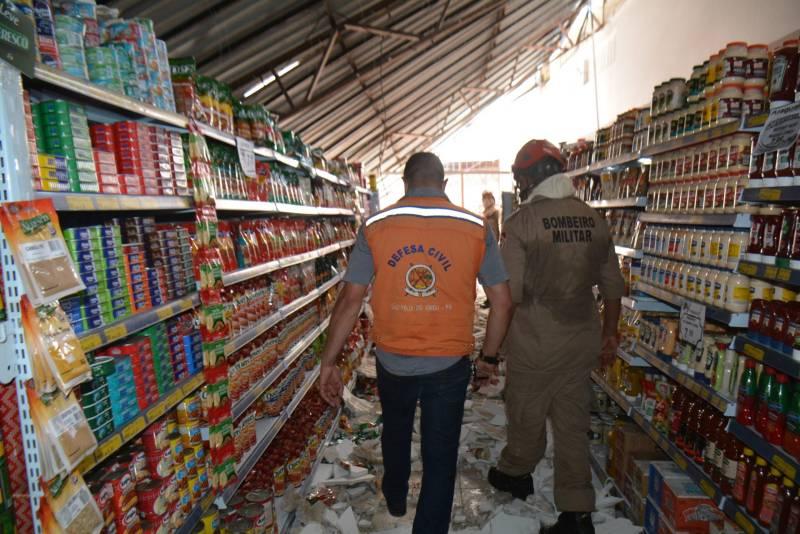 Agentes do Corpo de Bombeiros e da Coordenadoria de Defesa Civil averiguando os estragos das fortes chuvas em São Félix