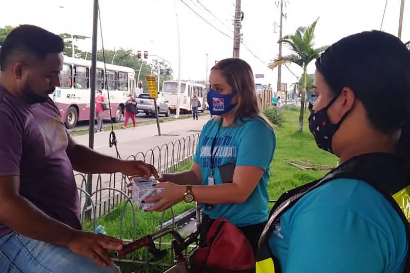 Entrega de sinalizadores pela equipe do Detran, equipamentos que ajudam na visualização do ciclista nas vias