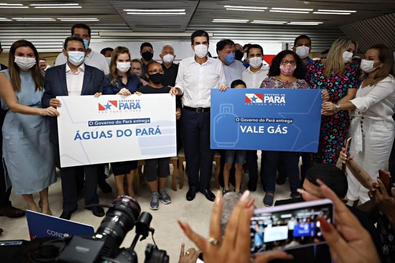 Governador Helder Barbalho (c) no lançamento dos programas que vão permitir a famílias carentes o acesso ao gás e à água