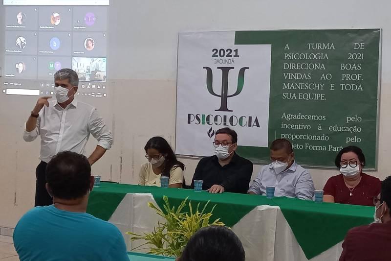 O secretário Carlos Maneschy (e) ressaltou o compromisso do governo do Estado com a formação superior