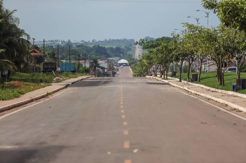 As vias receberam pavimentação e obras de drenagem superficial, calçada e meio-fio