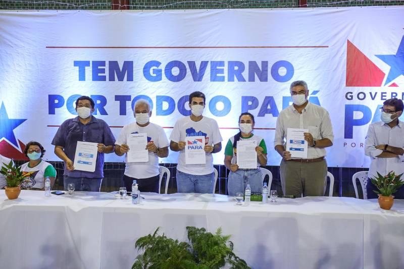 Governador Helder Barbalho, o prefeito José Rabelo e outras autoridades na assinatura dos convênios