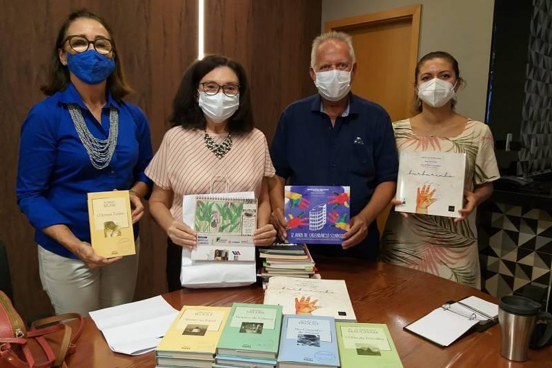 A coordenadora Sandra Batista e o presidente do Sindcon, Nazareno Nogueira (c), firmaram a parceria de incentivo à leitura
