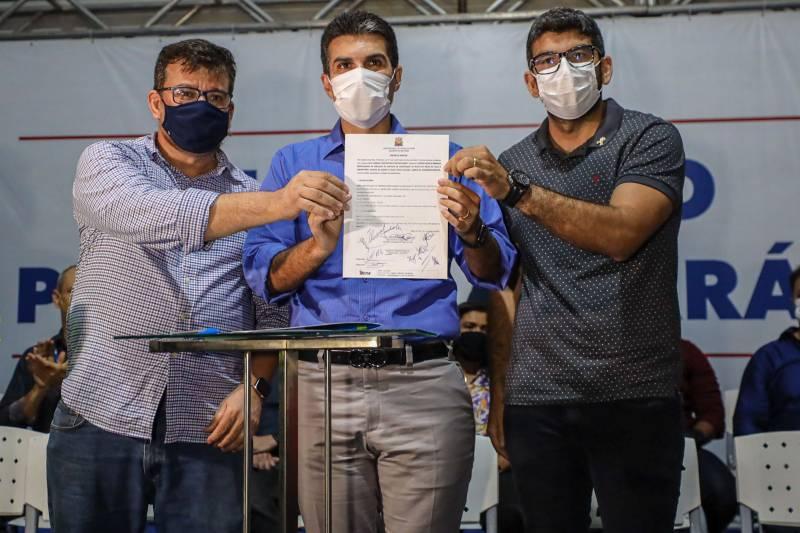 Governador Helder Barbalho (c), o reitor Clay Chagas (e) e o prefeito Daniel Santos na assinatura da ordem de serviço