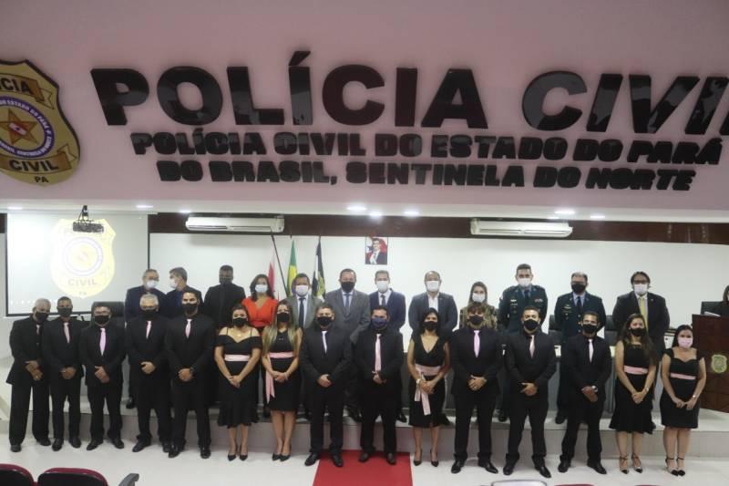Os novos policiais civis e autoridades do sistema de segurança pública na solenidade de formatura