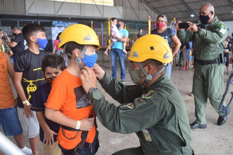 Dezenas de crianças participaram da programação no hangar do Graesp