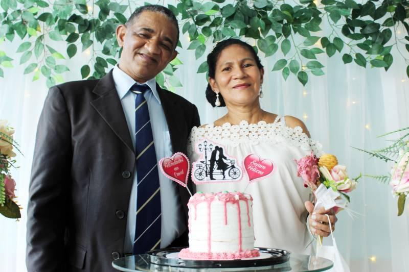 Johnny e Josane após a celebração do casamento, em uma das dependências do Hospital de Clínicas