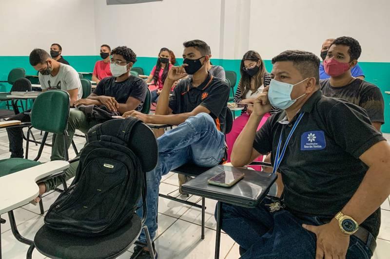 Em Abaetetuba, parte da turma da oficina de Rádio e Fotografia para Celular, realizada pela Secom e o Instituto Rosa dos Ventos