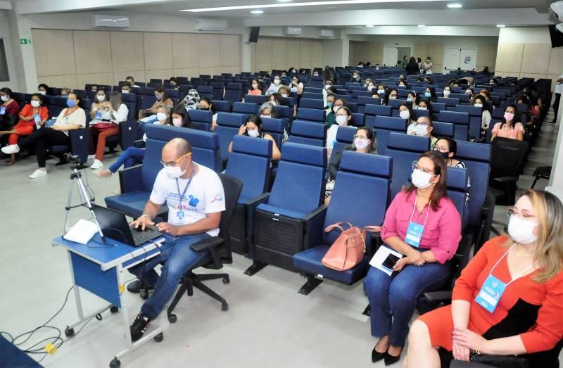O auditório do Nível Central da Sespa recebeu profissionais para uma capacitação essencial a mães e bebês