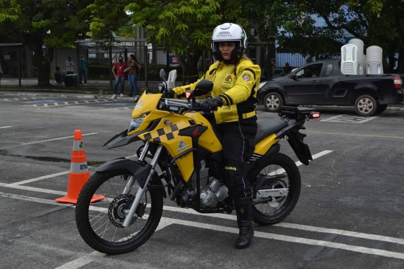 Agente Maria Sousa, pioneira na formação como motociclista batedora em curso ministrado pelo Exército