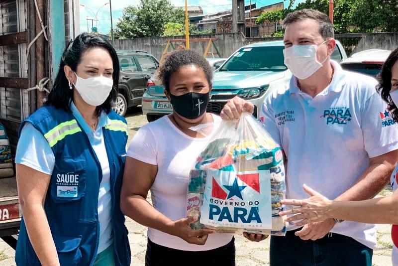 O presidente da Fundação ParáPaz, Alberto Teixeira (d), durante a entrega de cestas de alimentos