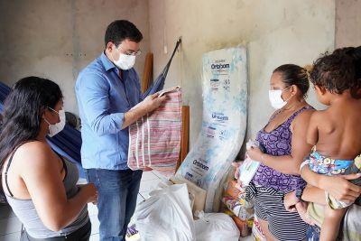 As doações foram recebidas pela tia das crianças, Vadilza (d)