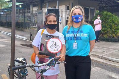 Nazilda Araújo, que vai ao trabalho de bicicleta, ganhou capacete