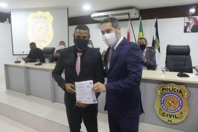 O secretário Ualame Machado com um dos formandos